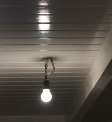 Dit plafond is strak geschilderd met de kleur wit.